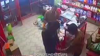 Family stealing from a shop - Video