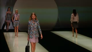 Prada reconstructs women's suits for next spring - Video