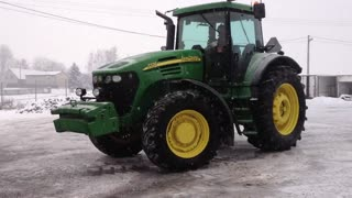 Drifting with a John Deere tractor - Video