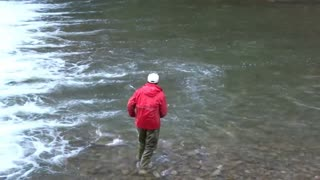 A scene of the moment when the runup salmon was captured by throwing nets (1)