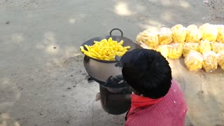 Fried food with sand (India) - Video