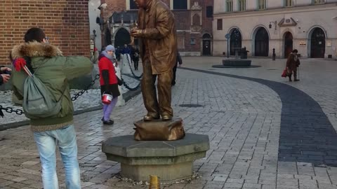statue play