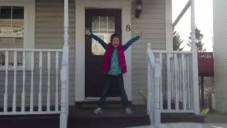 Mom documents daughter's priceless morning dance routine - Video