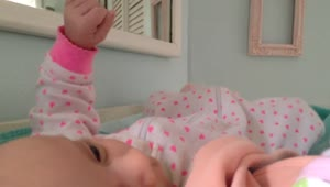 Baby reacts to father's guitar playing - Video