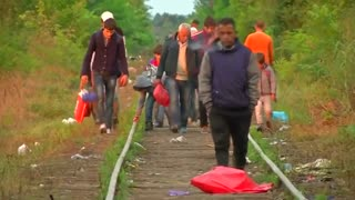 Police and miigrants clash amid Hungary refugee crackdown - Video