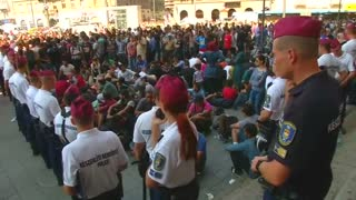Migrants outraged as Hungary closes train station - Video