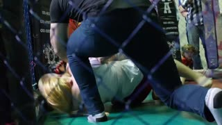Girl vs guy in mma match - Video