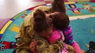 Deployed mom surprises twin daughters at school - Video