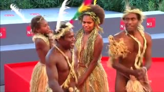 "Stars of tribal film ""Tanna"" dance on Venice red carpet - Video"