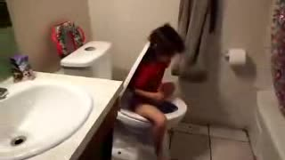 little girl has funny way of pooping - Video
