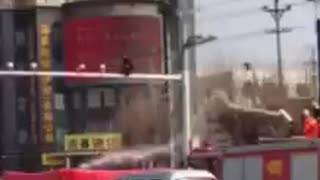 Chinese suicidal man saved by firefighters - Video