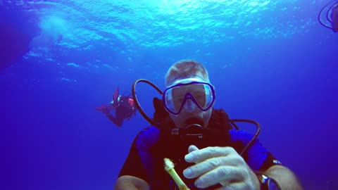Scuba diver fails in attempt to snack on banana underwater