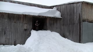 Best way ever to clear snow off your roof? - Video