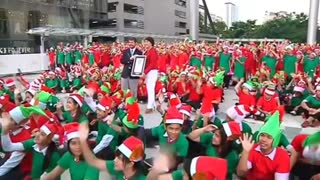 Thailand hosts the largest gathering of Santa's Elves - Video