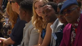 Singer-songwriter Rhodes causes a stir at Burberry - Video
