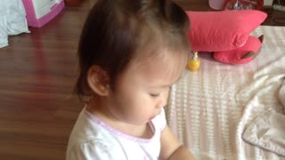 Toddler hilariously does her own makeup - Video