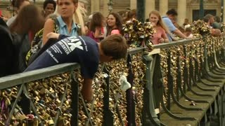 """Love locks"" cause rail collapse on Paris bridge - Video"