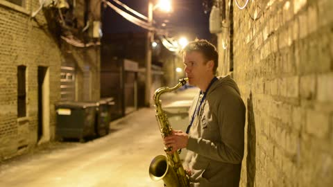 Guy sings and plays sax at the same time!