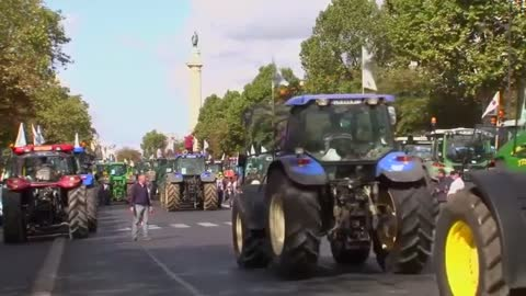 Hundreds of tractors move on Paris in farmers protest