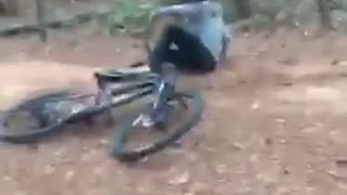 Guy in dirt bike falls on his side - Video