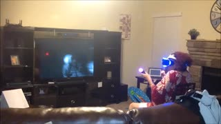 ¡Abuela jugando a Realidad Virtual en PlayStation entra en pánico total! - Video