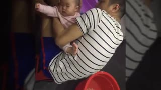 Bathe your daughter when she is sick - Video