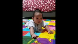 Happy baby's laughter is extremely contagious - Video
