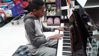 Toddler's impromptu piano solo amazes customers at supermarket - Video