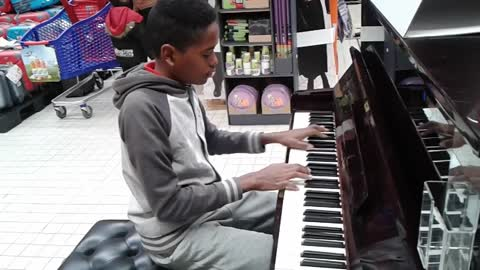 Toddler's impromptu piano solo amazes customers at supermarket
