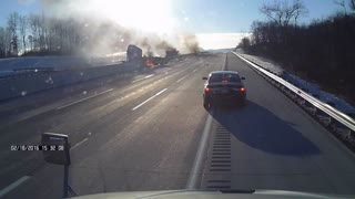 18-Wheeler loses control and explodes against the barrier - Video