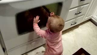 Baby tries to communicate with reflection - Video