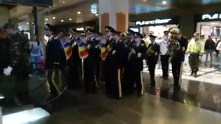 Military band surprises customers in a shopping mall - Video