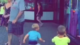 Kid is dancing like nobody is watching - Video