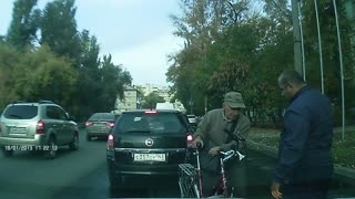Bicyclist crashes into car - Video