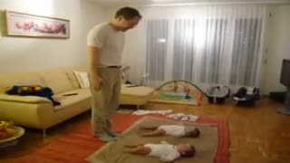 2 little baby dance - Video