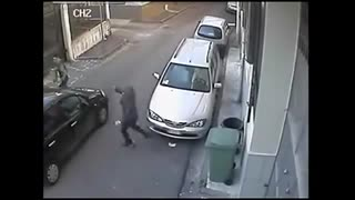 Woman robbed in broad daylight by two men - Video