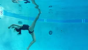 Ballerina performs underwater dance routine - Video