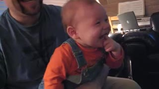 Baby finds Nintendo Wii absolutely hysterical - Video