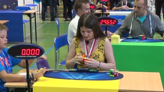 Young girl solves Rubik's cube in 13 seconds - Video