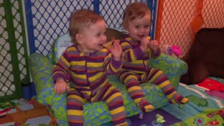 Identical twins dance to the chicken song - Video