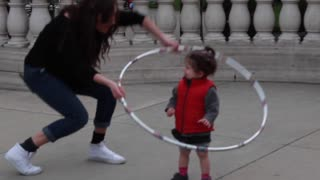 Amazing hula hoop artist delights children - Video