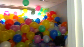 Amazing office balloon prank - Video