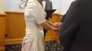 Bride has uncontrollable giggle-fit during her vows - Video