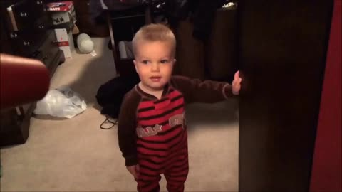 Blow dryer causes toddler to burst into laughter