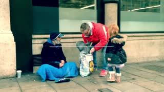 How two little girls made a homeless man's Christmas - Video