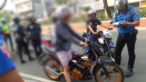 This woman started to curse the traffic enforcer when she's at fault not using her helmet.