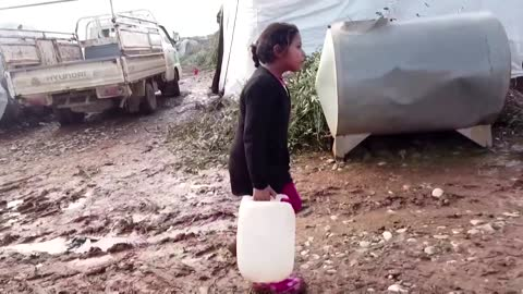 Syrian-Turkish border refugees suffer through cold