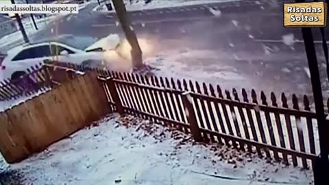Driver loses control of the car and knocks violently against a pole