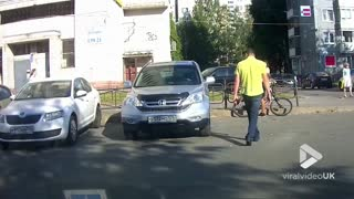 Cyclist and motorist get into angry fight