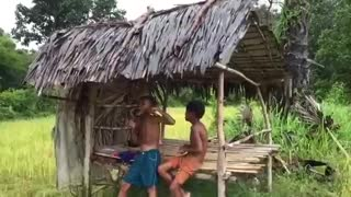 Wow! Children Catch Water Snake Using Bamboo Net Trap  - Video